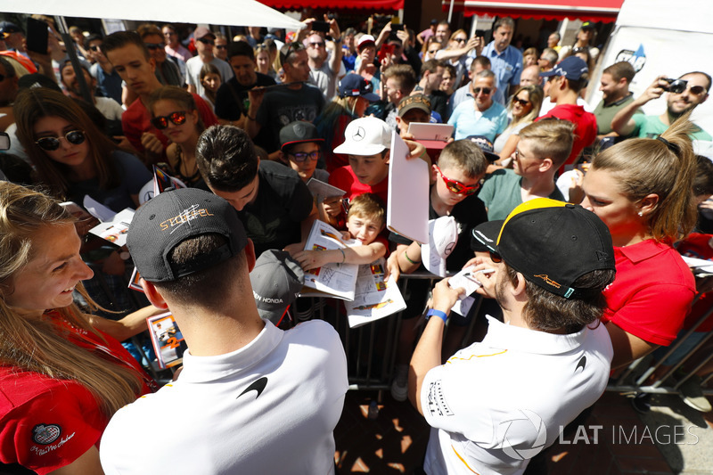 Stoffel Vandoorne, McLaren, et Fernando Alonso, McLaren, signent des autographes