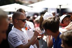 Valtteri Bottas, Mercedes-AMG F1 firma autógrafos para los fanáticos