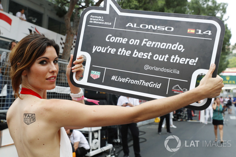 Una grid girl con un messaggio per Fernando Alonso, McLaren
