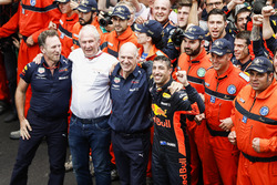 Christian Horner, Director del equipo, Red Bull Racing, Helmut Markko, Consultor, Red Bull Racing, Adrian Newey, Director técnico, Red Bull Racing y Daniel Ricciardo, Red Bull Racing celebran