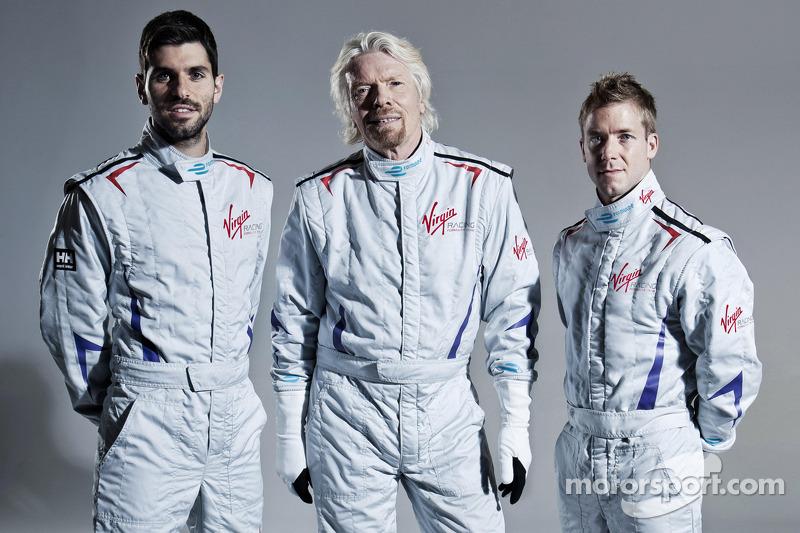 Pilotos de Virgin Racing Jaime Alguersuari y Sam Bird con Sir Richard Branson