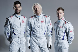 Virgin Racing pilotları Jaime Alguersuari ve Sam Bird ve Sir Richard Branson