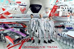 Pilotos de Virgin Racing Jaime Alguersuari y Sam Bird con Sir Richard Branson