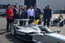 De eerste tien Formule E-bolides zijn afgeleverd en gepresenteerd: Formule E CEO Alejandro Agag met