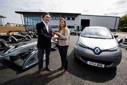 Alejandro Agag, CEO, ontvangt de sleutels van een volledig elektrische Renault-straatauto