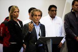 Alain Prost tijdens de presentatie van het Formule E-hoofdkwartier