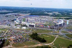 A vista do Charlotte Motor Speedway do helicóptero de Kurt Busch