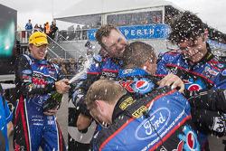 比赛获胜者 Chaz Mostert,和Mark Winterbottom一起庆祝