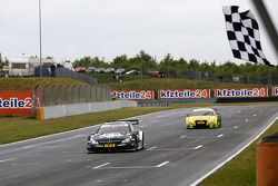 Checkered Flag for Christian Vietoris, Mercedes AMG DTM-Team HWA DTM Mercedes AMG C-Coupe