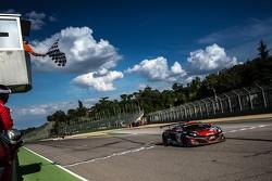 #98 ART Grand Prix McLaren GT3 MP4-12C: Kevin Korjus, Grégoire Demoustier, Yann Goudy : Drapeau à damier