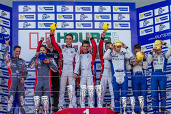 Podio: vincitori Simon Dolan, Harry Tincknell, Filipe Albuquerque, secondo posto Jan Charouz, Vincen