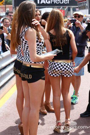 Chicas promocionales en pits
