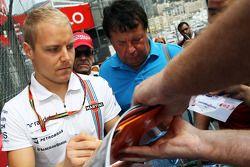 Valtteri Bottas signe des autographes pour les fans