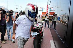 Lewis Hamilton, Mercedes AMG F1 llega al paddock en su moto