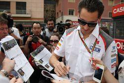 Adrian Sutil, Sauber firma autógrafos para los fans