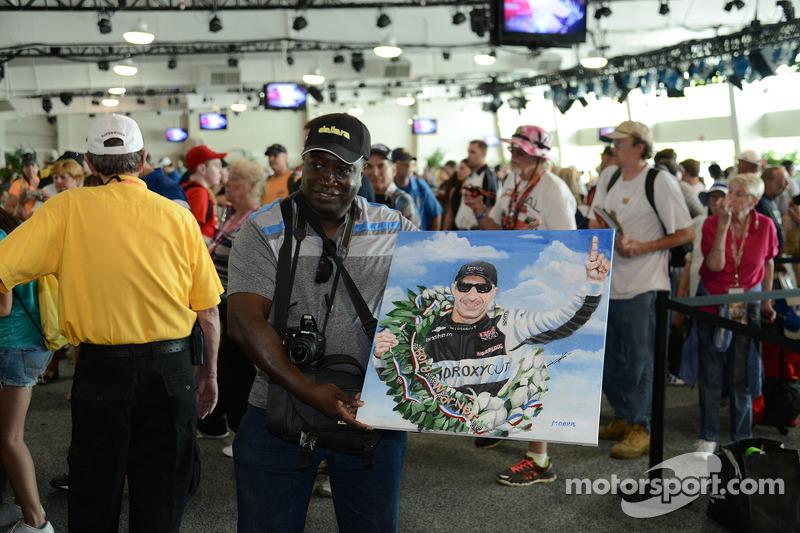 Fan with a Tony Kanaan painting