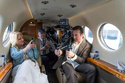Kurt Busch renvoie une caméra de télévision hors de l'avion