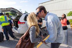 Kurt Busch y su novia Patricia Driscoll comparten un beso al llegar a la ciudad de Nueva York
