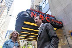 Kurt Busch y su novia Patricia Driscoll en los NBC studios