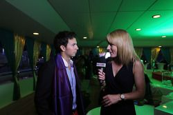 Sergio Perez, Sahara Force India F1, met Rachel Brookes, Sky Sports F1-verslaggever, tijdens de Sign