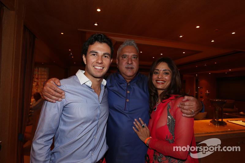 Sergio Perez, Sahara Force India F1, con Vijay Mallya al Signature Monaco Party sulla barca imperial