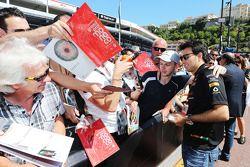 Sergio Pérez signe des autographes
