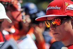 Kimi Räikkönen signe des autographes