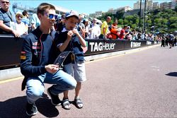 Daniil Kvyat, Scuderia Toro Rosso with a young fan
