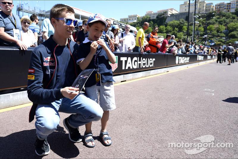 Daniil Kvyat, Scuderia Toro Rosso ve genç hayranı