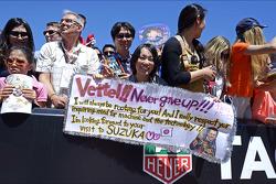 Sebastian Vettel pankartı Japon hayranı elinde, Red Bull pankartı Racing