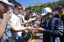 Felipe Massa, Williams taraftarlar için imza dağıtıyor