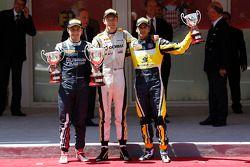 El podio: El ganador de la carrera Jolyon Palmer, el segundo lugar Mitch Evans, y tercero Felipe Nasr
