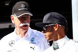 Dr. Dieter Zetsche, CEO de Daimler AG, junto a Lewis Hamilton, Mercedes AMG F1