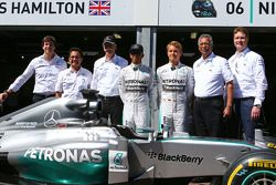 Lewis Hamilton, Mercedes AMG F1 e il compagno di squadra Nico Rosberg, Mercedes AMG F1 con Dr. Dieter Zetsche, Daimler AG CEO e Toto Wolff, Mercedes AMG F1 Azionista e Direttore Esecutivo mentre Petronas estende la sua sponsorizzazione del team Mercedes A