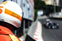 Commissario osserava Jenson Button, McLaren MP4-29