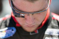 Chris Buescher porte des Google Glass