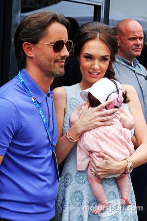 Tamara Ecclestone, e marido Jay Rutland, com seu bebê Sophie