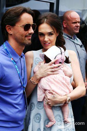 Tamara Ecclestone, e seu marido Jay Rutland, com seu bebê Sophie