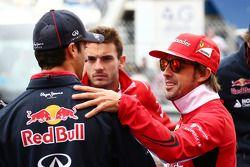 Daniel Ricciardo, Red Bull Racing y Fernando Alonso, Ferrari en el desfile de pilotos