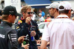 Sebastian Vettel, Red Bull Racing and Jenson Button, McLaren en el desfile de pilotos