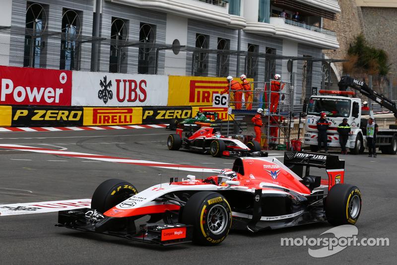 玛鲁西亚F1车队MR03赛车车手朱尔斯·比安奇领先队友马克斯·齐尔顿,玛鲁西亚F1车队MR03赛车