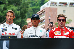 (L to R): Jenson Button, McLaren, Lewis Hamilton, Mercedes AMG F1 and Fernando Alonso, Ferrari pay their respects to Sir Jack Brabham, on the grid