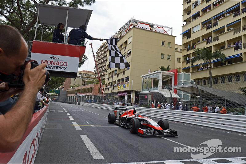 Jules Bianchi, Marussia F1 Takımı MR03 damalı bayrağı görüyor ve ilk F1 puanlarını kazanıyor