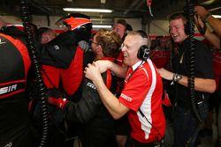 Het Marussia F1 Team viert Jules Bianchi, die de eerste F1-punten scoort