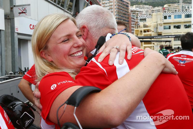 John Booth, director del equipo Marussia F1 Team y su hija Laura Booth, Marussia F1 Team celebran los primeros puntos