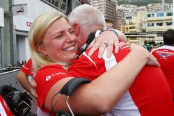 John Booth, director del equipo Marussia F1 Team y esposa Laura Booth, Marussia F1 Team celebrar con Jules Bianchi, los primeros puntos
