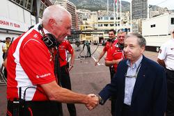 John Booth, director del equipo Marussia F1 Team y Jean Todt, Presidente de la FIA celebrar Jules Bi