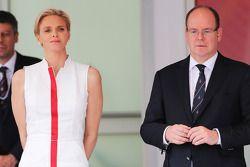 Principe Alberto di Monaco, con la moglie la principessa Charlene di Monaco, sul podio