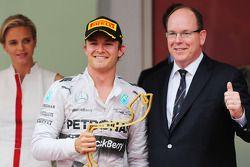 Racewinnaar Nico Rosberg, Mercedes AMG F1, viert feest op het podium met ZKH Prins Albert van Monaco