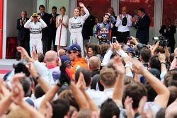 Het podium, Mercedes AMG F1, tweede; Lewis Hamilton, Mercedes AMG F1, racewinnaar; Daniel Ricciardo,